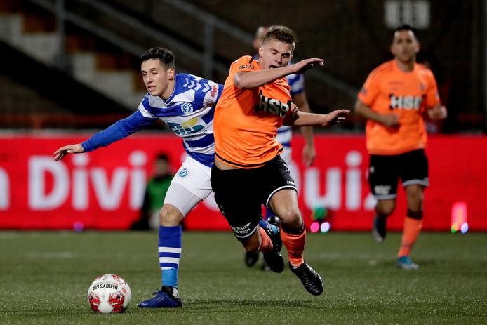 Mohamed Hamdaoui in duel met Alex Plat van FC Volendam.