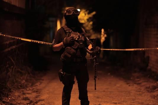 Gewapende agent op de plek van het bloedbad in Minatitlán.