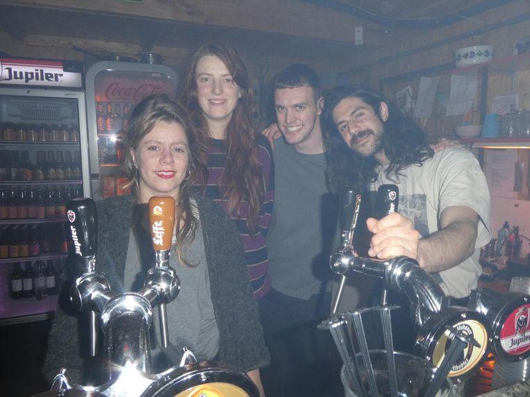Zij die dit allemaal mogelijk maken: Lila Payens, Lou-Lou van Staaveren, Leon van Steeg en Rouzbeh achter de bar. Inmiddels met rookmachine Beeld Schuim