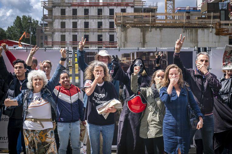 Demonstranten voor het gebouw waar de redacties van Trouw, de Volkskrant en Het Parool gehuisvest zijn. Beeld ANP