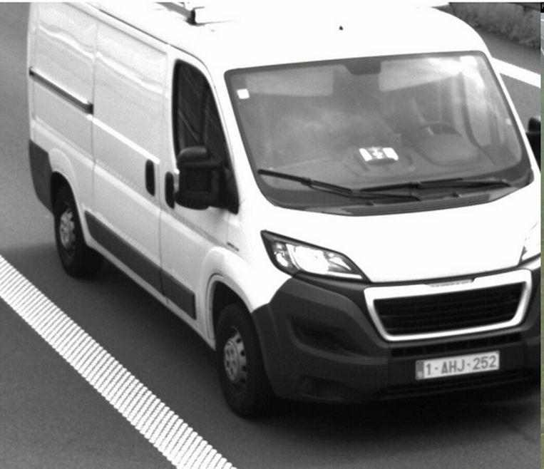 Johan verplaatst zich met een witte bestelwagen van het merk Peugeot Boxer met nummerplaat 1-AHJ-252.
