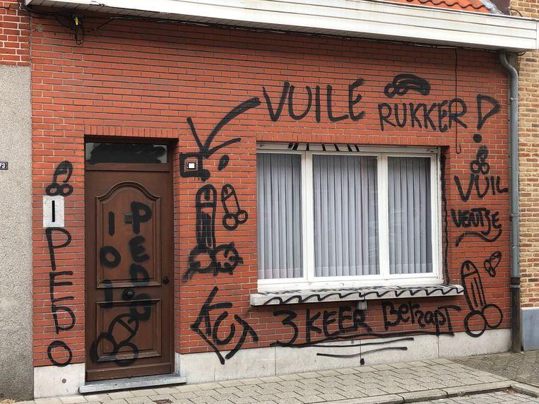 De gevel van de woning werd volledig met schunnige opschriften en afbeeldingen beklad