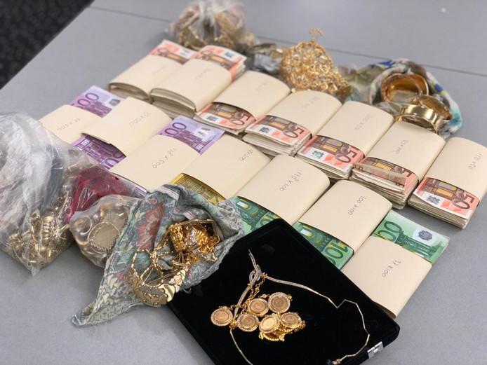 De Rotterdammers worden verdacht van het verkopen van gestolen juwelen via internet.