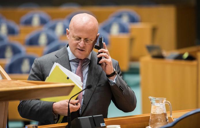 Minister Ferd Grapperhaus (Justitie) tijdens een schorsing van het debat over de strijd tegen het liquidatiegeweld in Amsterdam.