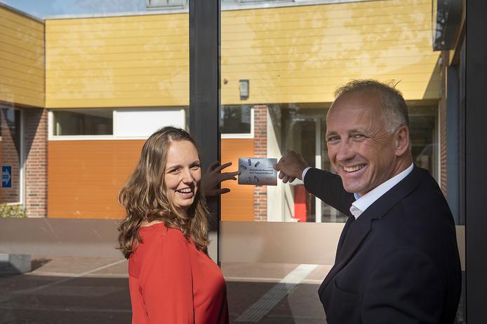 Renée Houwen van Ongehinderd (links) en Martijn Leeflangm, directeur van ECT Tiel (rechts).