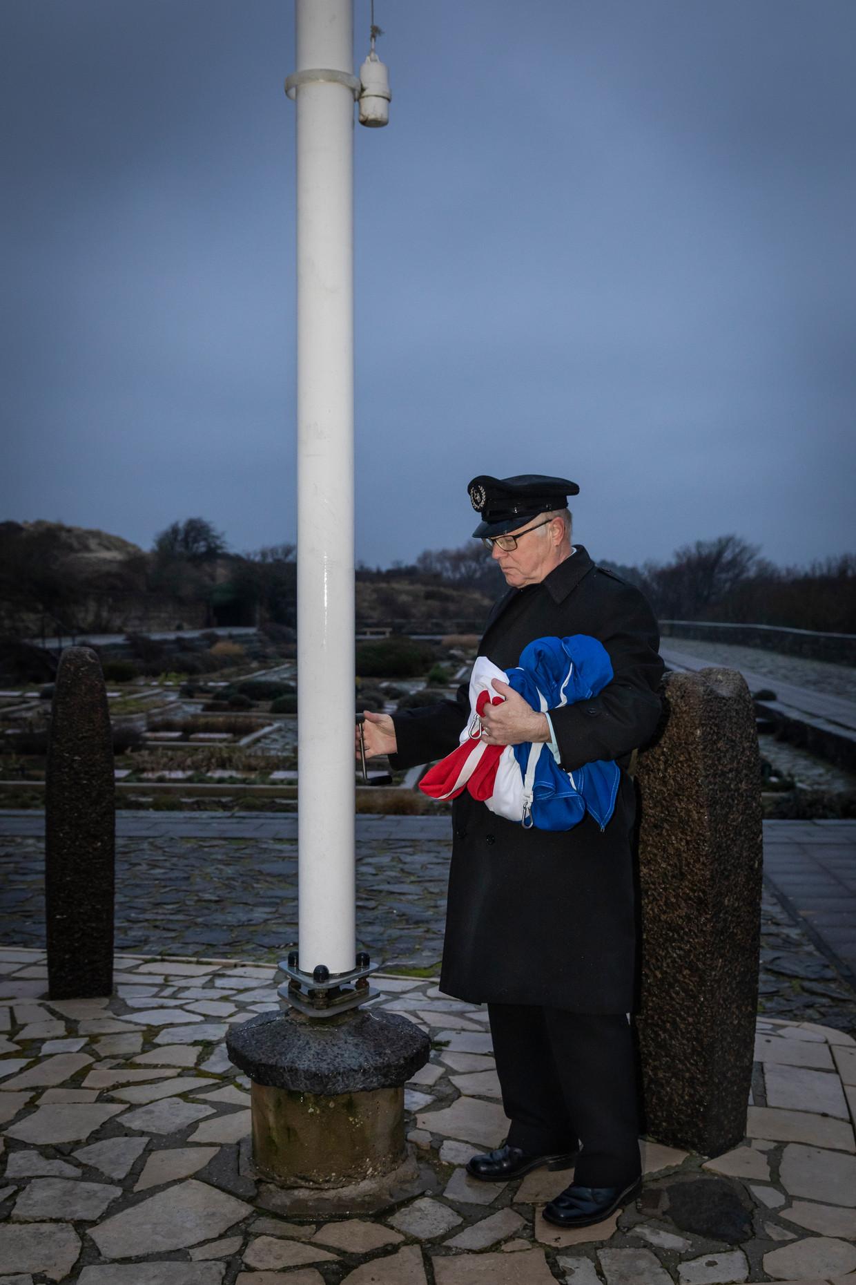 Dagelijks hijst Ten Hoope de vlag, als eerbetoon aan de hier begraven verzetshelden.