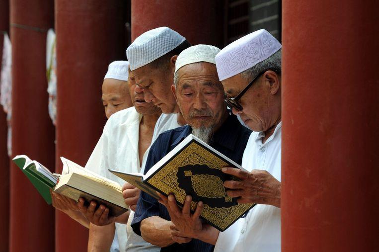 Chinese moslims lezen de Koran in een moskee in Tancheng, aan het begin van de Ramadan.  Beeld afp