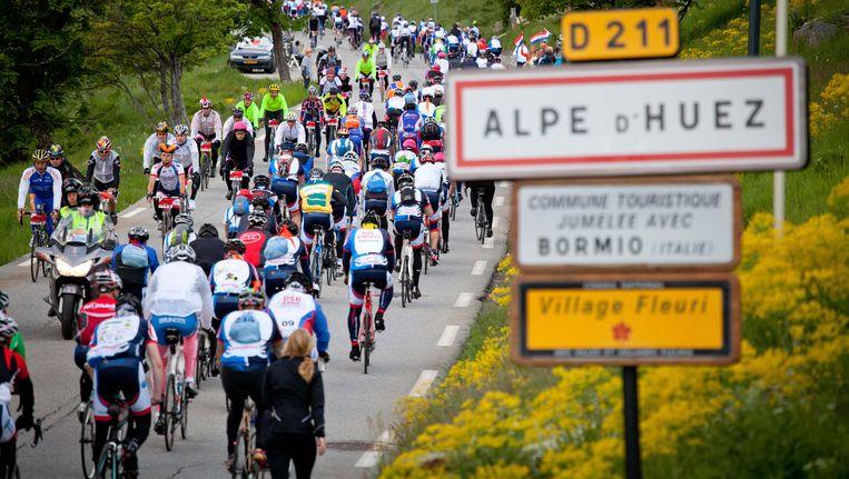 Toerfietsers beklimmen de Alpe d'Huez. Beeld ANP