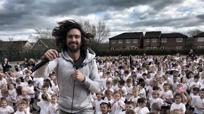 Verslaafde vader en strakke buikspieren: wie is Joe Wicks, de man die de Britse kinderen massaal laat sporten?