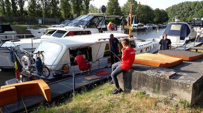 Boot in jachthaven loopt vol water en zinkt net niet