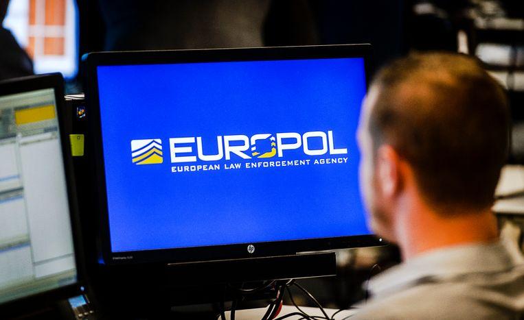 Een medewerker van Europol op het hoofdkwartier in Den Haag