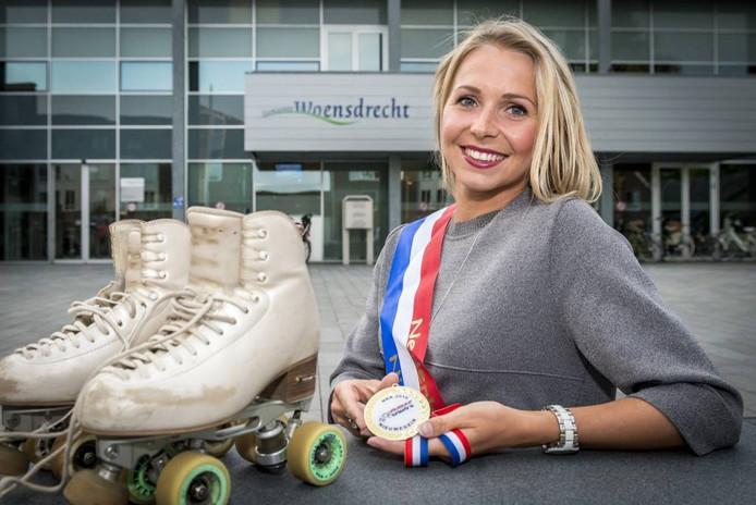 Kunstrolschaatster Sylvia Pistorius heeft twaalf nationale titels op haar naam staan. Gisteravond is ze gehuldigd door burgemeester Adriaansen van Woensdrecht. foto tonny presser/pix4profs