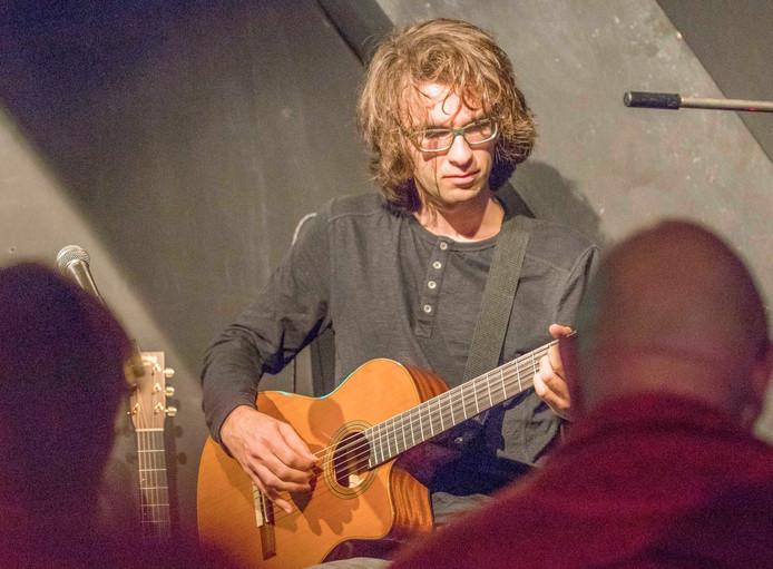 Gitarist Julio Melio speelde zondag nummers van zijn nieuwe EP in Muziekpodium Razzmatazz in Oost-Souburg.