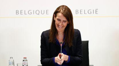 Met een mopje en empathie: hoe premier Wilmès de persconferentie deze keer wel goed aanpakte
