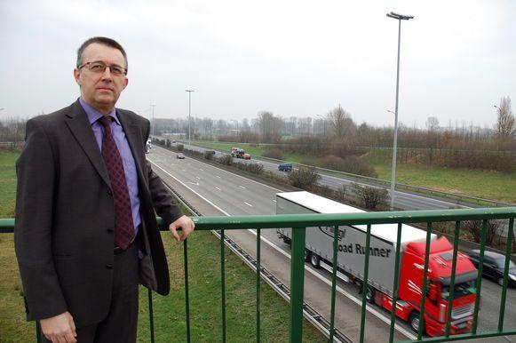 Dirk Bulteel van Voka (hier aan de E17 in Zwijndrecht) wil van de A12 een volwaardige snelweg maken zonder gelijkvloerse kruisingen.