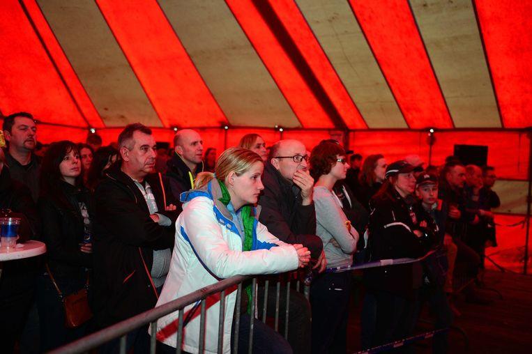 Teleurgestelde supporters kijken naar het einde van de wedstrijd.