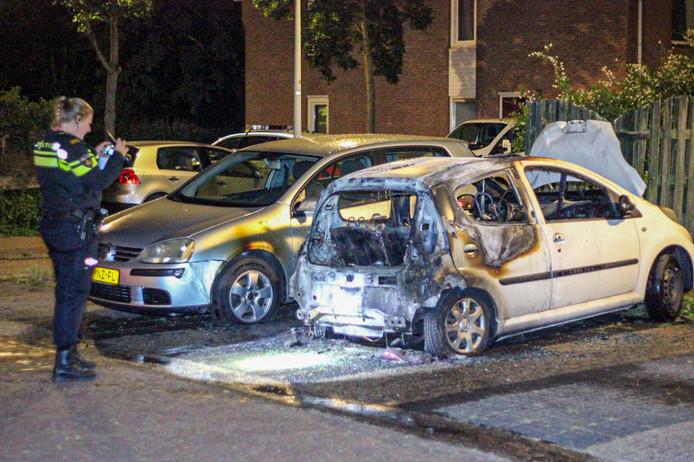 De politie heeft de auto afgezet en zal onderzoek doen naar de brand. Brandstichting word niet uitgesloten.