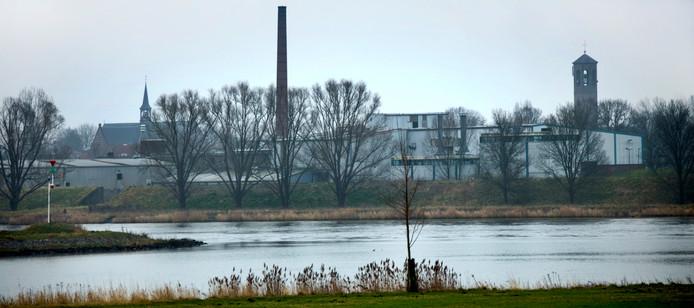 Het bedrijfscomplex 'Jonker Fris' aan de rand van de vesting Heusden, gezien vanaf Wijk en Aalburg.