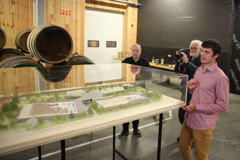 Brouwer Michaël Blancquaert geeft uitleg bij de maquette van het nieuwe complex van 3 Fonteinen.
