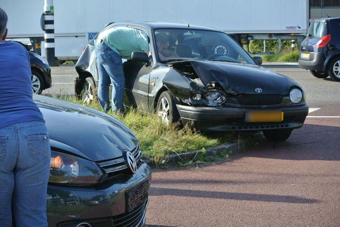 Bergers bezig met het afslepen van de beschadigde wagens. Foto: GinoPress