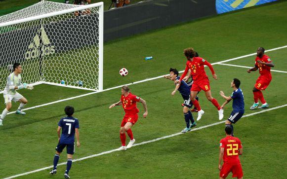 74' FELLAINI 2-2. Op voorzet van Hazard benut Fellaini prima zijn lengte met een rake kopbal.