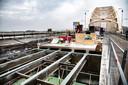 PR dgfoto Gelderlander Nijmegen: Groot onderhoud aan de Waalbrug. [OP DE FOTO: ROESTIGE DELEN VAN DE OUDE STALEN DWARSBALKEN EN LANGSLIGGERS ONDER HET WEGDEK WORDEN MET EEN SNIJBRANDER VERWIJDERD. HIER IS DAT REEDS GEBEURD]