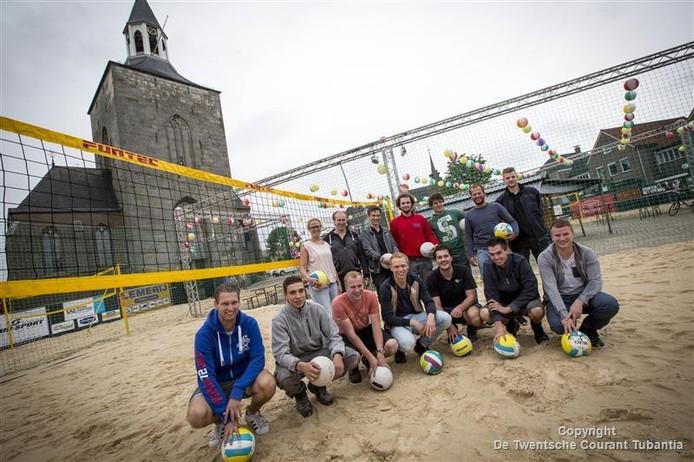 Vrijwilligers van beachvolleybalevenement Festiball zijn bijna klaar met opbouw.