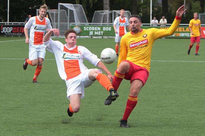Duel tussen Djeremy Zandvliet van Rohda Raalte (rechts) en Jason Hulsink van Lemelerveld.