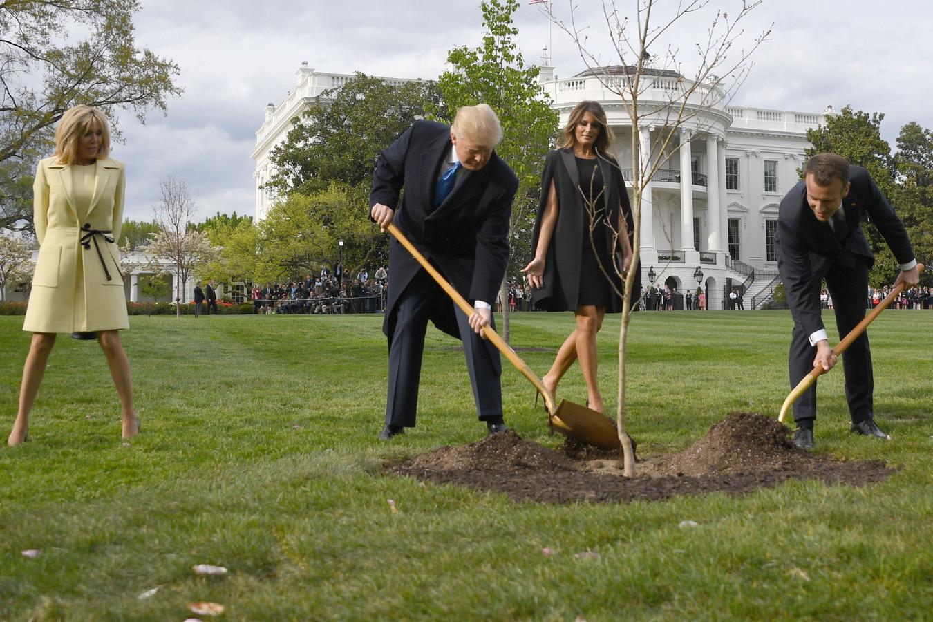 De Franse president Macron gaf in 2018 een boom cadeau, die Trump samen met hem plantte in de tuin van het Witte Huis.