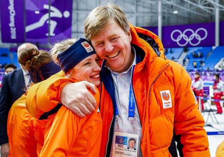 Een innige omhelsing met Koning Willem-Alexander na haar winst op de olympische 3 kilometer. Beeld ANP