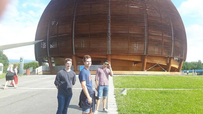 Koen, Daan en Paul voor de opvallende ingang van het CERN-complex in Meyrin nabij Genève.