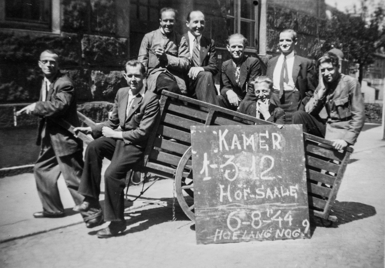 Jan Rottier (tweede van links) in Hof aan de Saale, waar hij bij de post moest werken. Op 7 september 1944 werd hij tijdens zijn werk gevangen genomen. Hij zat vast onder erbarmelijke omstandigheden.