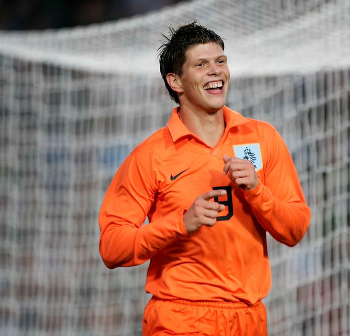 Klaas-Jan Huntelaar is dolblij na zijn goal tegen Ierland in zijn debuutwedstrijd. Hij zou er die wedstrijd meteen twee maken.