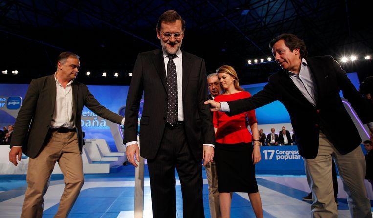 De Spaanse premier Mariano Rajoy (midden) met links aan zijn zijde Esteban Gonzalez Pons tijdens een congres in 2012. (Archieffoto.)