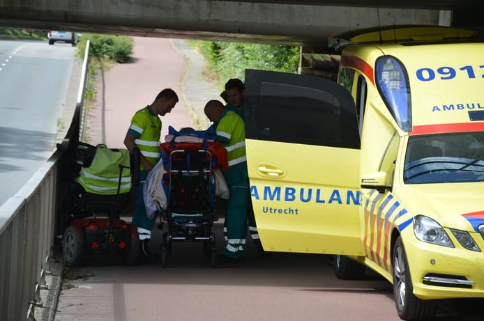 Een vrouw is gewond geraakt na een val met haar scootmobiel.