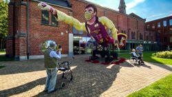 Een superheld van 60.000 dahlia's: buurtschap Notelaar zet zorghelden letterlijk in de bloemetjes met indrukwekkende corsowagen