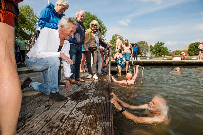 Taeke de Jonge aan de rand van het bad, dat vanaf zaterdag weer geopend is voor zwemmers.