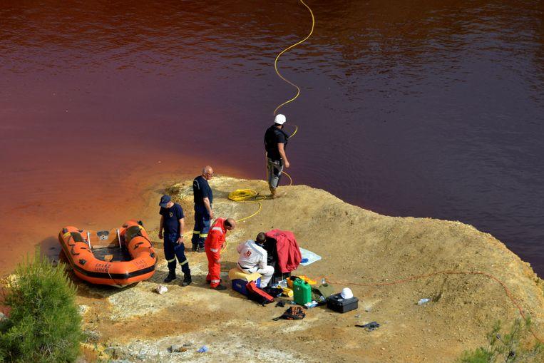 Forensische onderzoekers vrijdag bij het Kokkinopezoula-meer (ook wel bekend als het 'rode meer') in Mitseno op zoek naar lichamen van de seriemoordenaar.