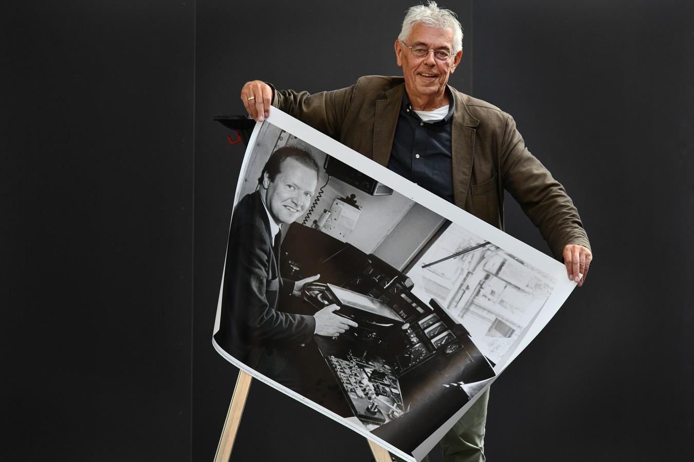 Culemborg Arnold Verschoor met een van de driehonderd foto's  uit de Culemborgse Courant: een Culemborgse treinmachinist.