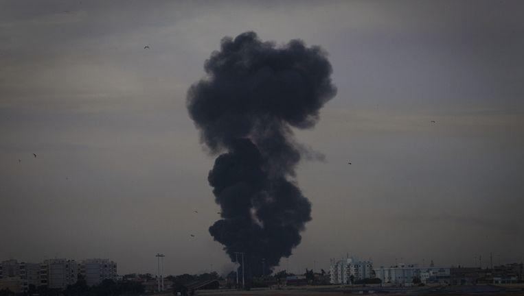 Rookpluimen boven Benghazi, nadat een straaljager, vermoedelijk van overheidstroepen, werd neergehaald boven de stad. Beeld ap