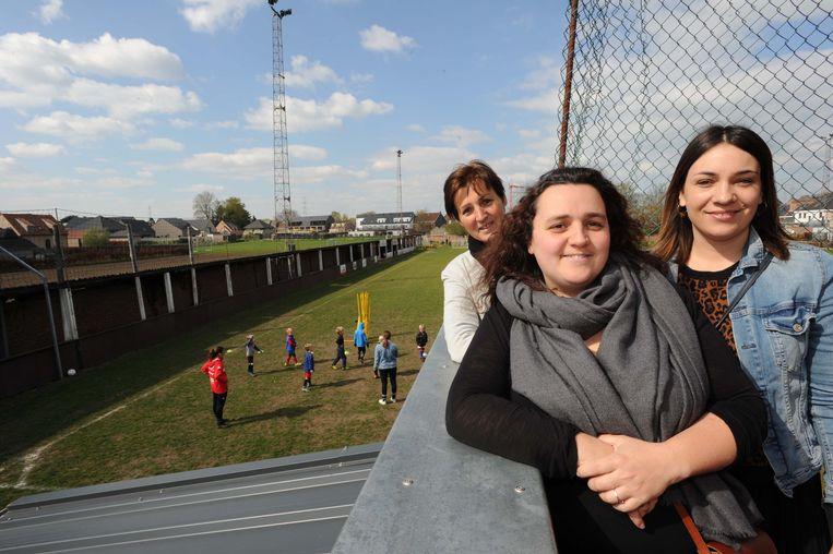 Myriam en haar dochters Marjan en Tinneke willen met 'DA'S BEST' in mei al de oude tribune (links) van KFC Malderen afbreken.