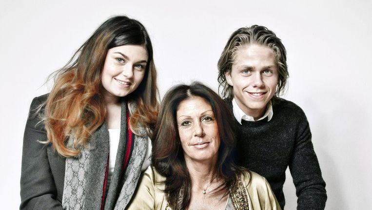 Portret familie Hazes (vlnr: dochter Roxeanne, Rachel Hazes en zoon Dré Hazes), bij Joop van den Ende bij Stage Entertainment op het Museumplein. Beeld Jan van Breda 2012