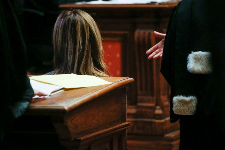 Sophie E. luistert naar het vonnis.