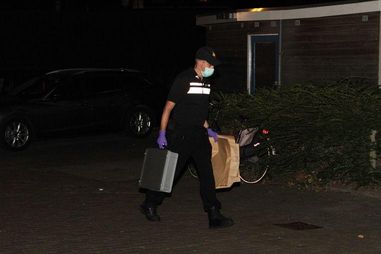 De politie doet een huiszoeking in een appartement in Vlaardingen van één van de aangehouden verdachten. De woning wordt doorzocht en er vindt sporenonderzoek plaats. Beeld ANP