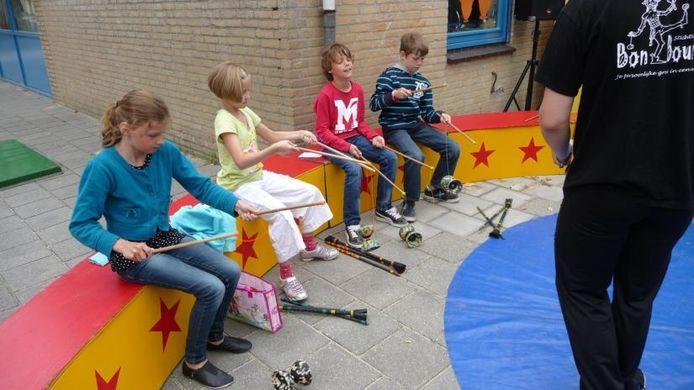 Kinderen volgen een workshop circus tijdens de Pytische Spelen in de Maaspoort.foto Domien van der Meijden/BD
