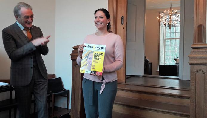 Voorzitter Bert Branderhorst heeft het eerste exemplaar van het magazine overhandigd aan burgemeester Hanne van Aart van Loon op Zand.