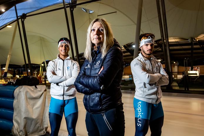 Elvira Salet traint in De Scheg onder meer Sebas Diniz (l) en Kai in 't Veld. Beide schaatsers plaatsten zich afgelopen weekend voor de World Cup junioren.