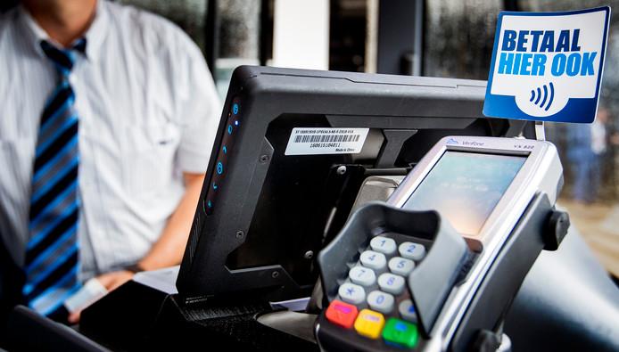 Bussen in Amsterdam hebben al de mogelijkheid zonder contant geld te betalen.