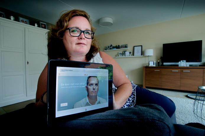 Karin Kramer met de foto van haar man, die vier jaar geleden werd gemaakt voor de nieuwe ALS-campagne.
