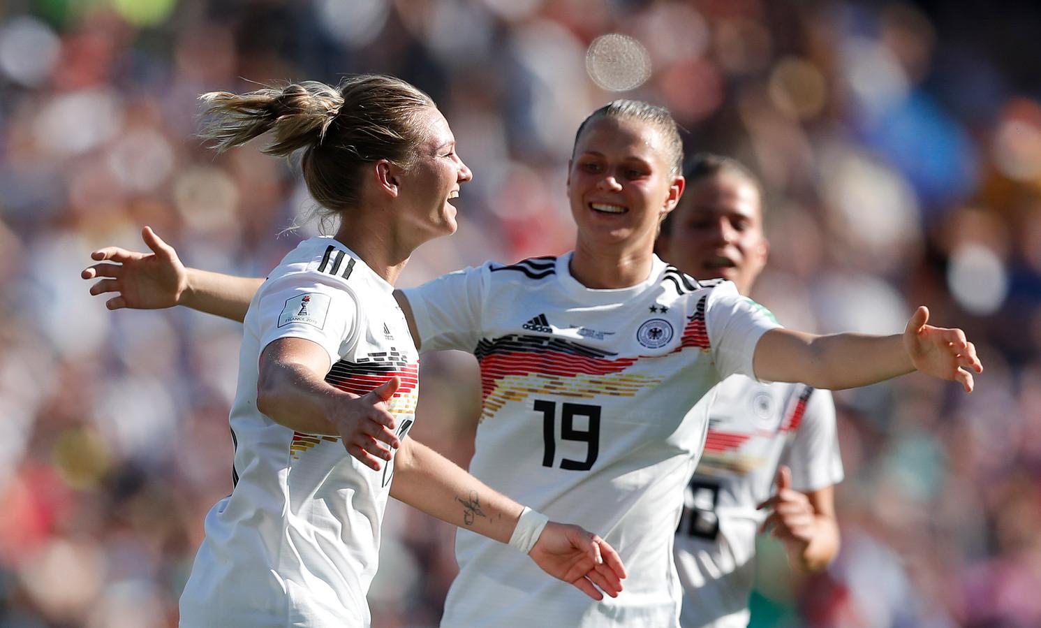 Alexandra Popp (l) wordt na haar goal gefeliciteerd door Sara Bühl.
